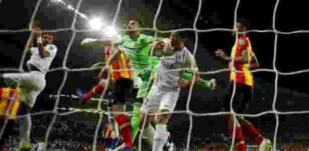 Mohamed Ahmad marca o primeiro gol do Al Ain contra o Espérance - Andrew Boyers/Reuters