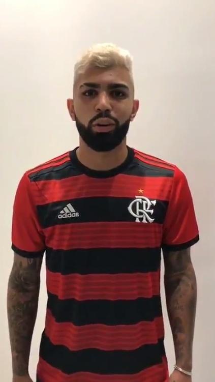 Gabriel posou com a camisa do Flamengo