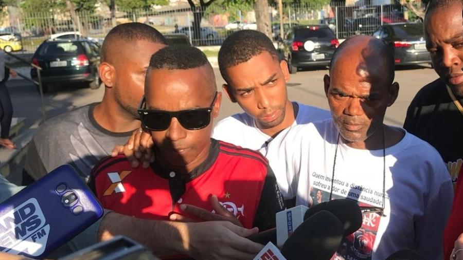 Parentes de Samuel Thomas, de 15 anos, no IML após a identificação do corpo - Bruno Braz / UOL Esporte