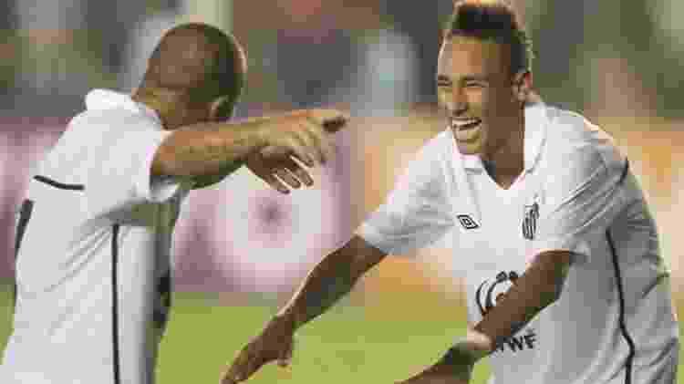 Madson e Neymar comemoram o segundo gol do Santos sobre o Oeste - Folha Imagem - Folha Imagem