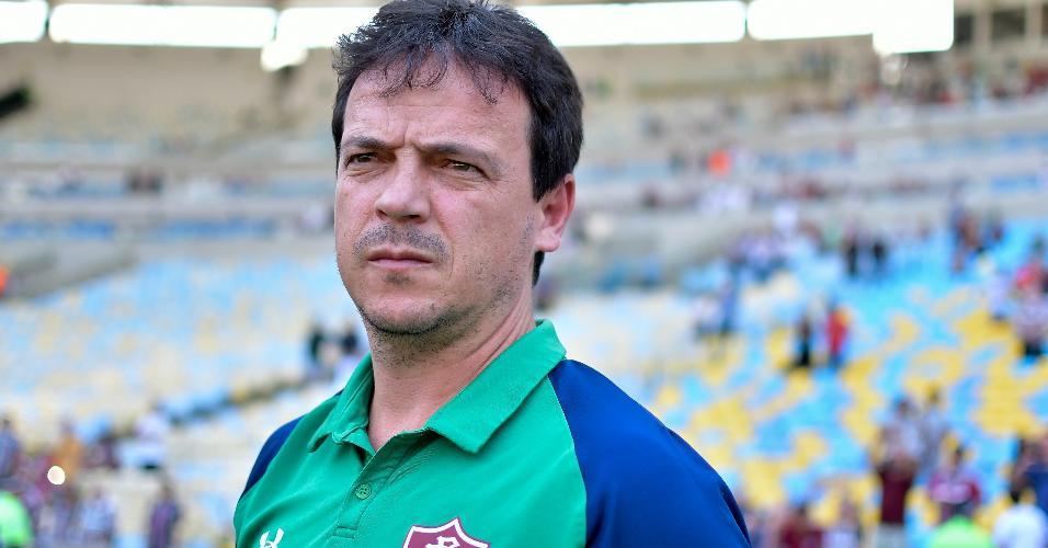 Fernando Diniz, técnico do Fluminense, comanda o time contra o CSA