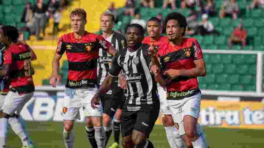 Jogadores do Figueirense em ação durante partida contra o Sport - Matheus Dias/FFC