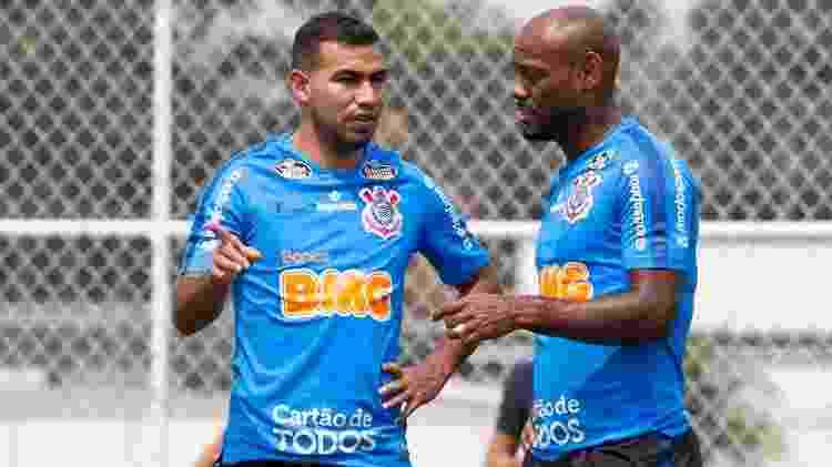 Sornoza e Love durante treino técnico de transição ofensiva no gramado do CT Joaquim Grava - Daniel Augusto Jr./Agência Corinthians