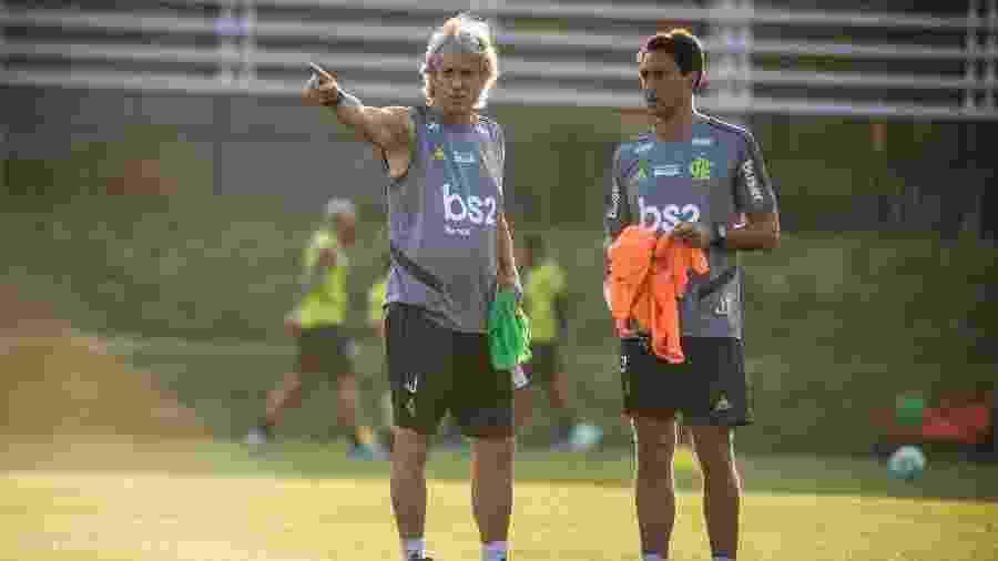 Técnico Jorge Jesus e auxiliar João de Deus conversam durante treino do Flamengo - Alexandre Vidal / Flamengo