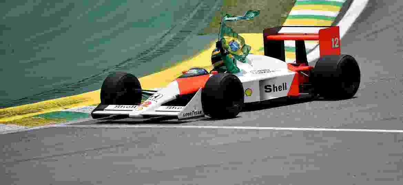 Bruno Senna exibe McLaren MP4/4 em Interlagos antes do GP do Brasil de 2019 - Douglas Magno/AFP