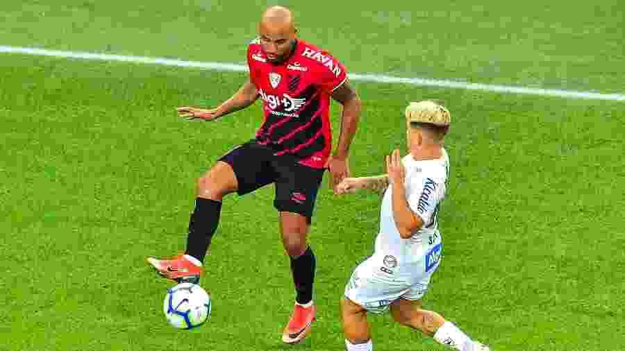 Thiago Heleno, jogador do Athletico disputa lance com Soteldo, jogador do Santos - Jason Silva/AGIF