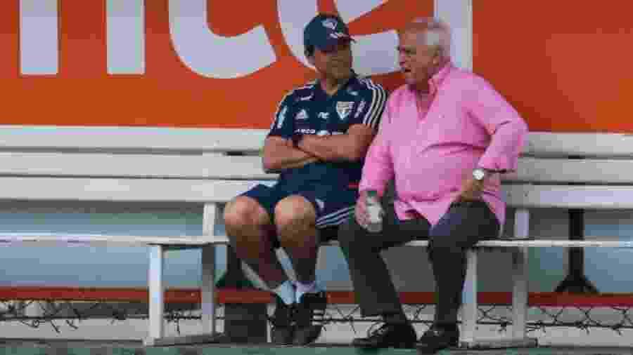 Fernando Diniz, técnico do São Paulo (e), e Carlos Augusto de Barros e Silva, o Leco, durante treino no CT Barra Funda - Marcello Zambrana/AGIF