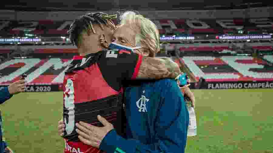 Gabigol e Jorge Jesus se abraçam após título carioca do Flamengo; treinador deixou o clube - Alexandre Vidal/Flamengo