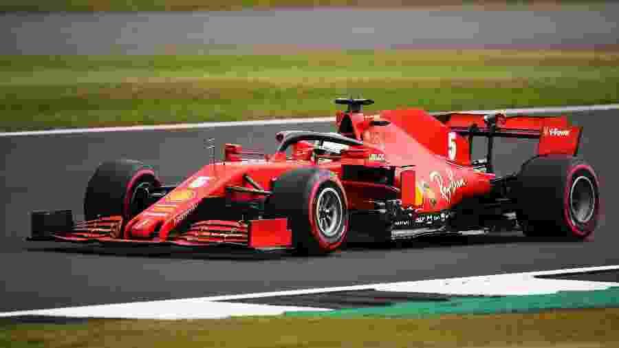 Sebastian Vettel, da Ferrari, dirige no circuito de Silverstone - Bryn Lennon/Getty Images