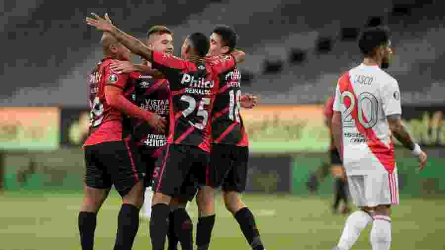 Jogadores do Athletico-PR comemoram gol contra o River Plate pela Libertadores - Conmebol