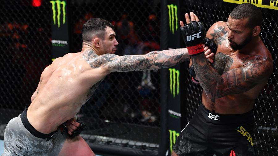Aleksandar Rakic (esq) em luta contra Thiago Marreta (dir) durante o UFC 259 - Jeff Bottari/Zuffa LLC via Getty Images