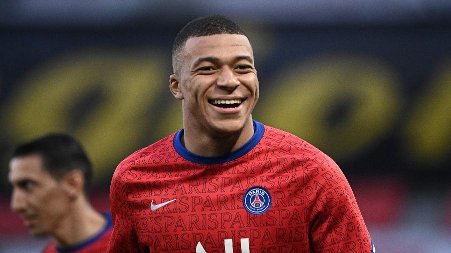 Mbappé sorri durante aquecimento antes de PSG x City pela Champions League  - Anne-Christine POUJOULAT / AFP