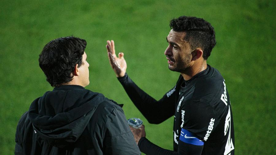 Raul e Maurício Barbieri conversam durante jogo contra o Cuiabá pelo Brasileirão - Diogo Reis/AGIF