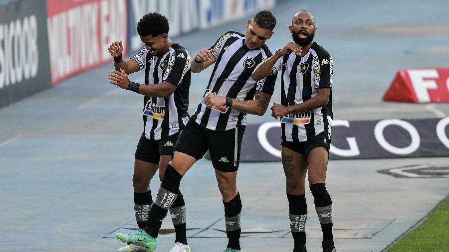 """Warley, Navarro e Chay fazem a """"dança do gordinho"""" em comemoração de gol do Botafogo - Thiago Ribeiro/AGIF"""