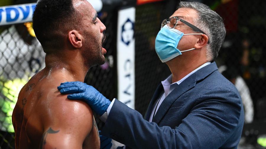 Devin Clark é atendido por médico do UFC durante luta contra Ion Cutelaba - Jeff Bottari/Zuffa LLC