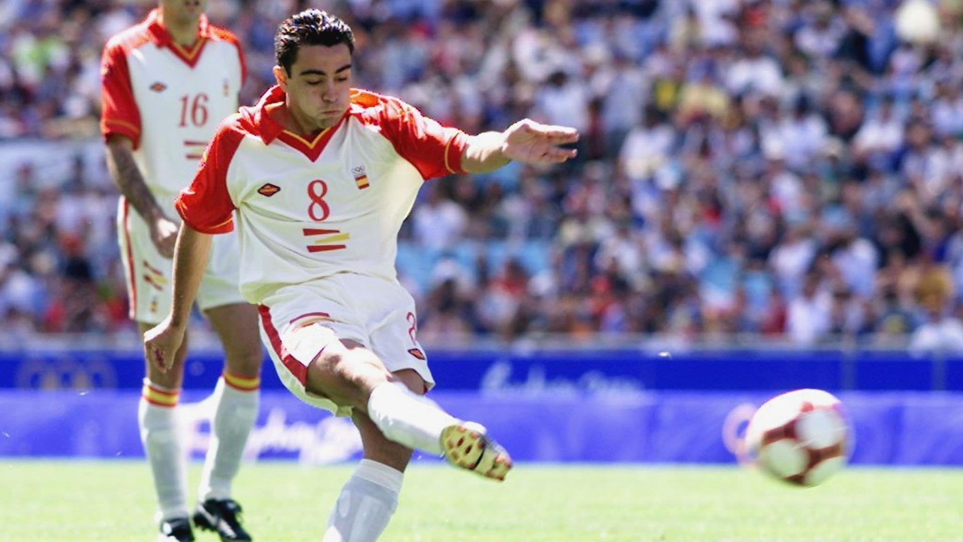 Xavi, meia da seleção espanhola, bate a gol na final dos Jogos Olímpicos de 2000, em Sydney, contra Camarões