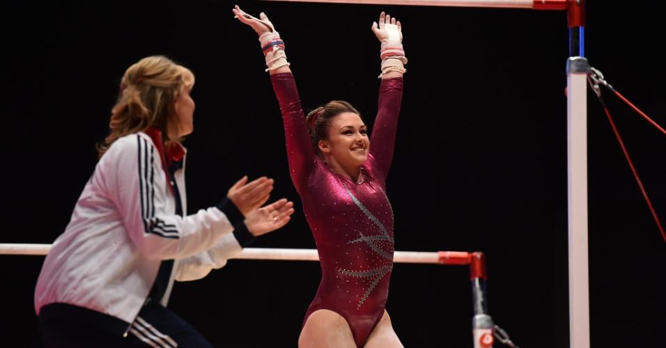 A britânica Ruby Harrold agradece o apoio da torcida após sua apresentação nas barras assimétricas na final individual geral do Mundial de ginástica