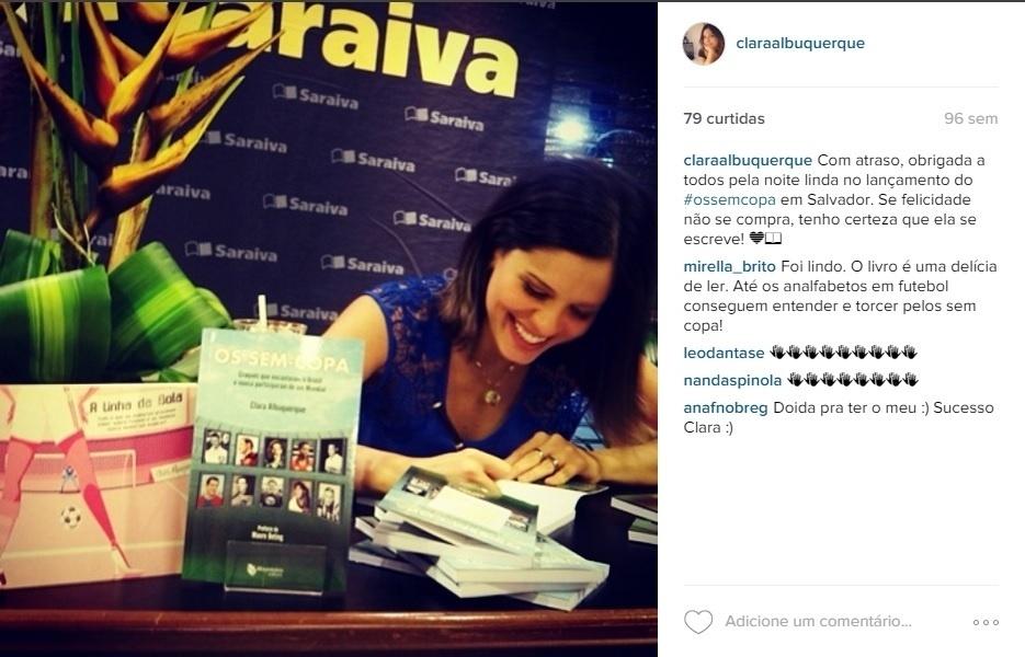 """Clara Albuquerque, comentarista do Esporte Interativo, autografa seu segundo livro """"Os Sem Copa - Craques Que Encantaram o Brasil e Nunca Participaram de Um Mundial"""""""