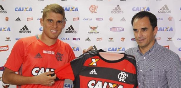 Cuéllar é apresentado como reforço do Flamengo; volante assinou por quatro anos