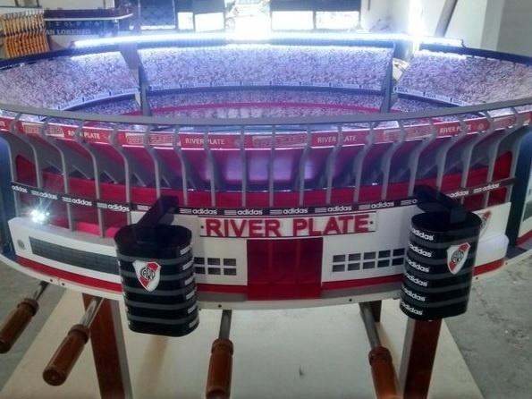 Versão mesa de pebolim do estádio Monumental de Núñez, casa do River Plate (ARG)