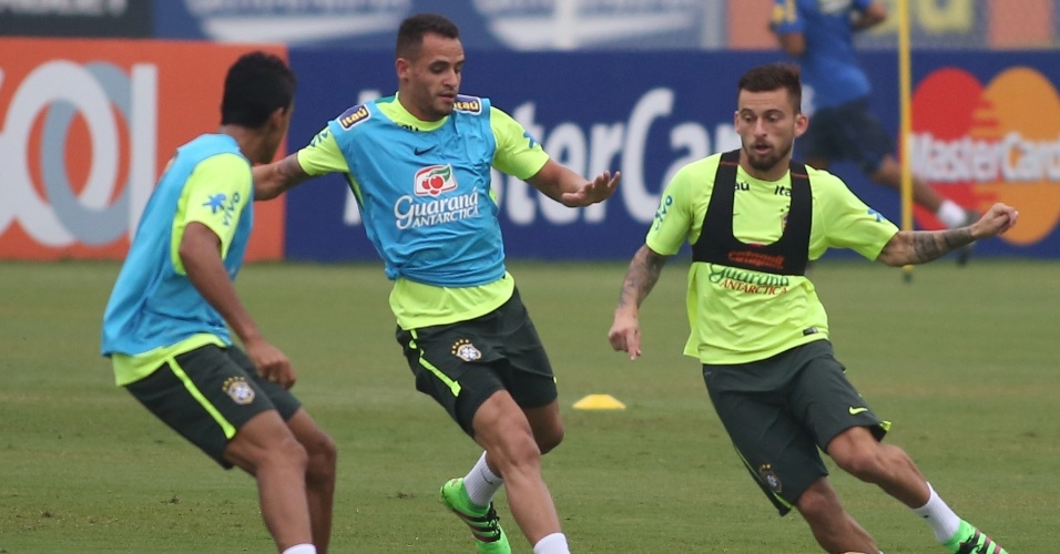 Lucas Lima é marcado de perto por Renato Augusto