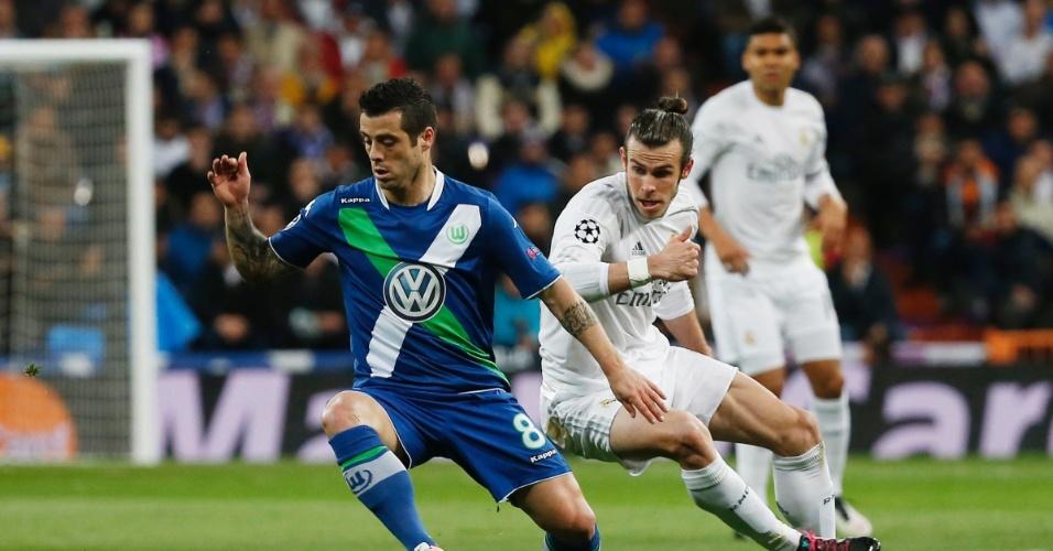 Gareth Bale disputa a bola com Vieirinha na partida entre Real Madrid e Wolfsburg pela Liga dos Campeões