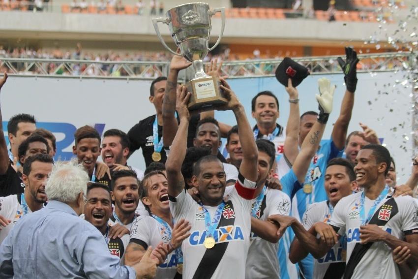Rodrigo ergue a 12ª Taça Guanabara conquistada pelo Vasco