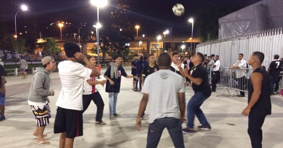 """Vascaínos jogam uma """"altinha"""" na fila de ingressos do Maracanã"""