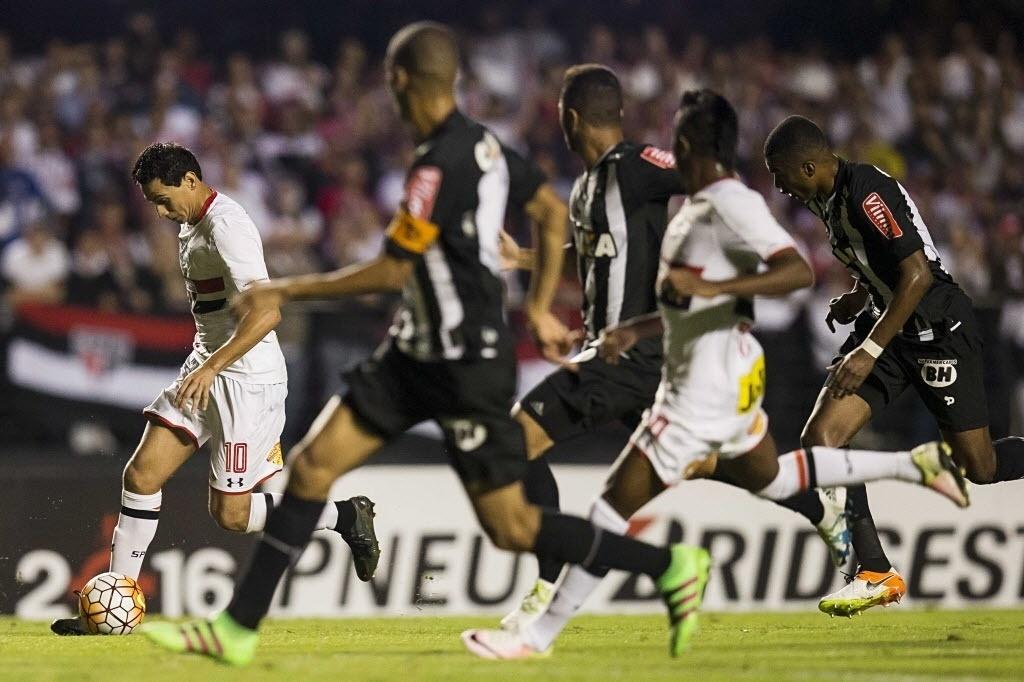Paulo Henrique Ganso conduz a bola no jogo entre São Paulo e Atlético-MG na Libertadores