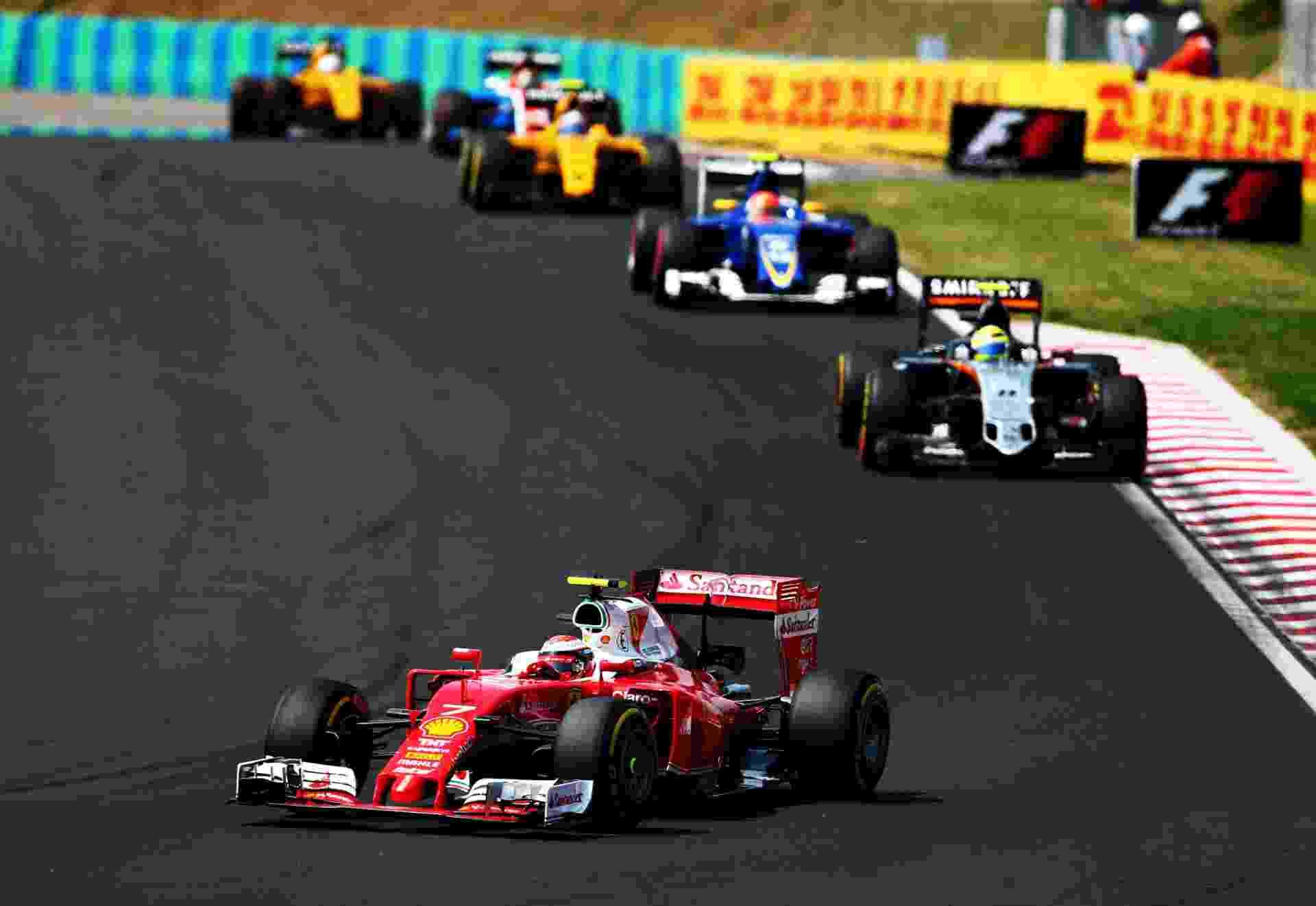 Kimi Raikkonen pilota a Ferrari diante de diversos torcedores finlandeses no GP da Hungria - Dan Istitene/Getty Images