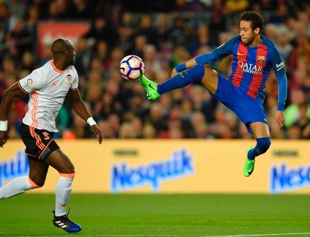 Neymar deixa o verde-limão e vai usar chuteira rosa - 20 03 2022 ... 2a2a04b5b01ee