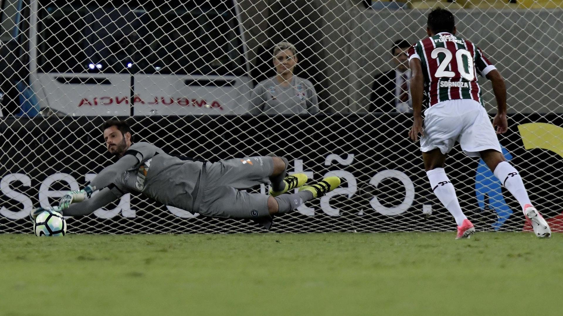Goleiro Marcelo Rangel, do Goiás, defende o pênalti de Sornoza, do Fluminense