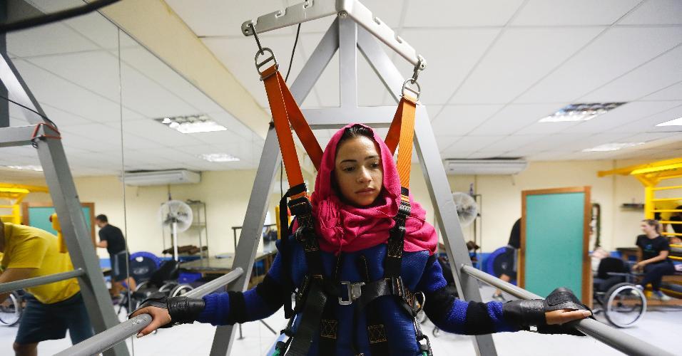 Lais Souza em sessão de fisioterapia