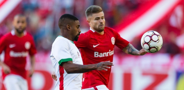 Sasha tenta superar marcação do Boa Esporte no Beira-Rio