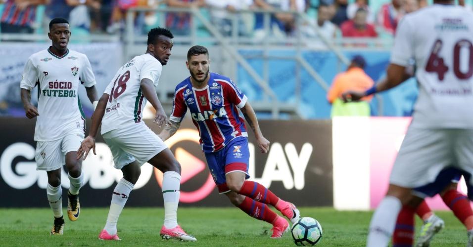 Zé Rafael encara a marcação de Orejuela em Bahia x Fluminense