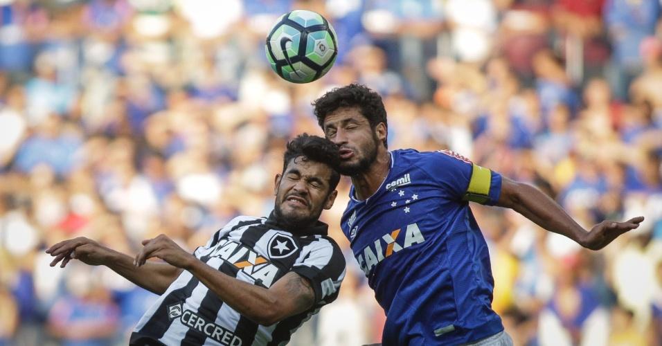 Rodrigo Lindoso e Léo disputam bola durante jogo entre Cruzeiro e Botafogo