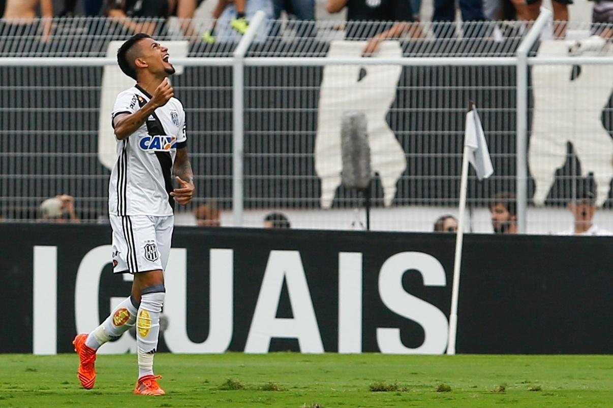 Lucca, da Ponte Preta, comemora seu gol durante partida contra o Corinthians pelo Campeonato Brasileiro