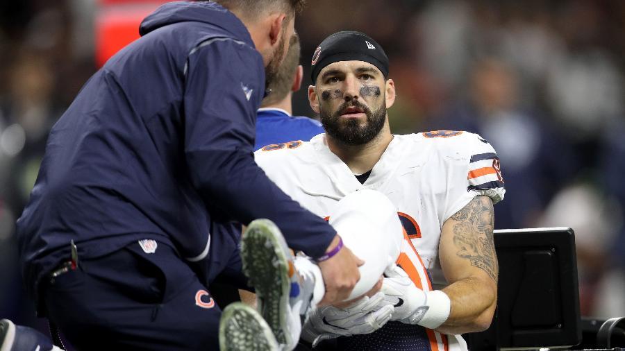 Zach Miller é colocado no carrinho da maca após sofrer grave lesão no joelho - Chris Graythen/AFP/Getty Images