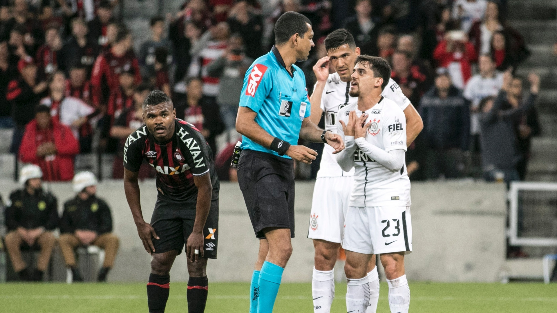 Fagner reclama com árbitro de pênalti marcado em Atlético-PR e Corinthians