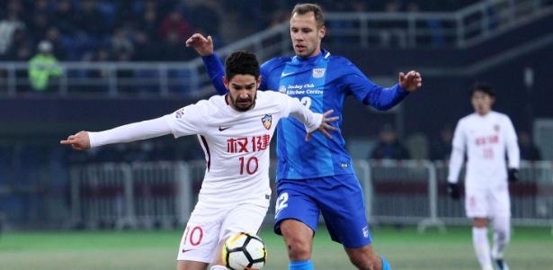 Alexandre Pato em ação durante jogo do Tianjin Quanjian - AFP