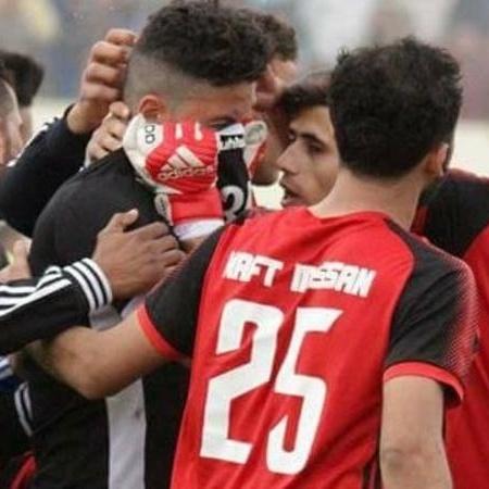 O goleiro iraquiano Alaa Ahmed chora ao jogar após morte da filha - Reprodução/Facebook
