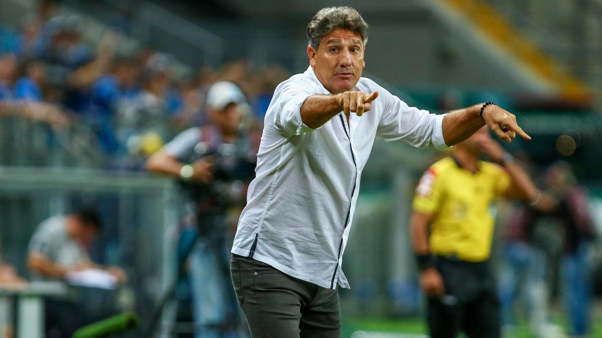 O técnico Renato Gaúcho orienta os jogadores do Grêmio contra o Atlético-PR pelo Campeonato Brasileiro
