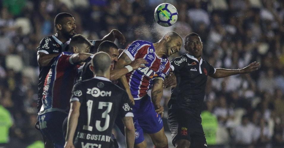 Lance da partida entre Vasco e Bahia, em São Januário, pelo Brasileirão
