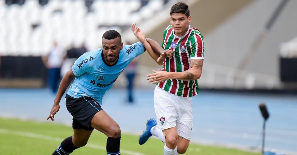 Ayrton Lucas, do Fluminense, encara marcação de Leonardo, do Grêmio