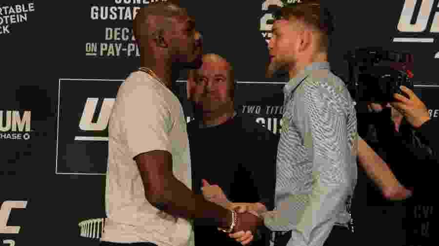 Jon Jones cumprimenta Alexander Gustafsson após encará-lo em encarada antes do UFC 232 - Diego Ribas/Ag Fight