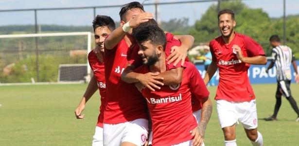 Jogadores do Inter comemoram gol na vitória sobre o Votuporanguense