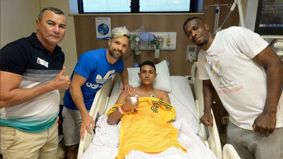 Jogadores do Flamengo visitaram nesta segunda-feira os feridos no hospital - Divulgação Flamengo