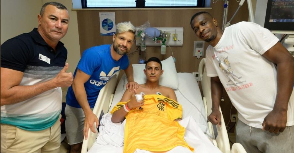 Jogadores do Flamengo visitaram nesta segunda-feira os feridos no hospital