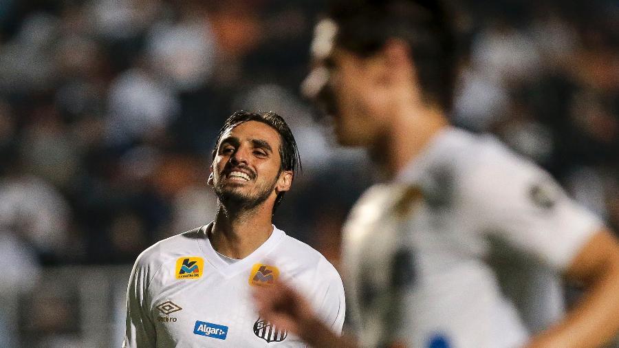 Bryan Ruiz com a camisa do Santos -  Ale Cabral/AGIF