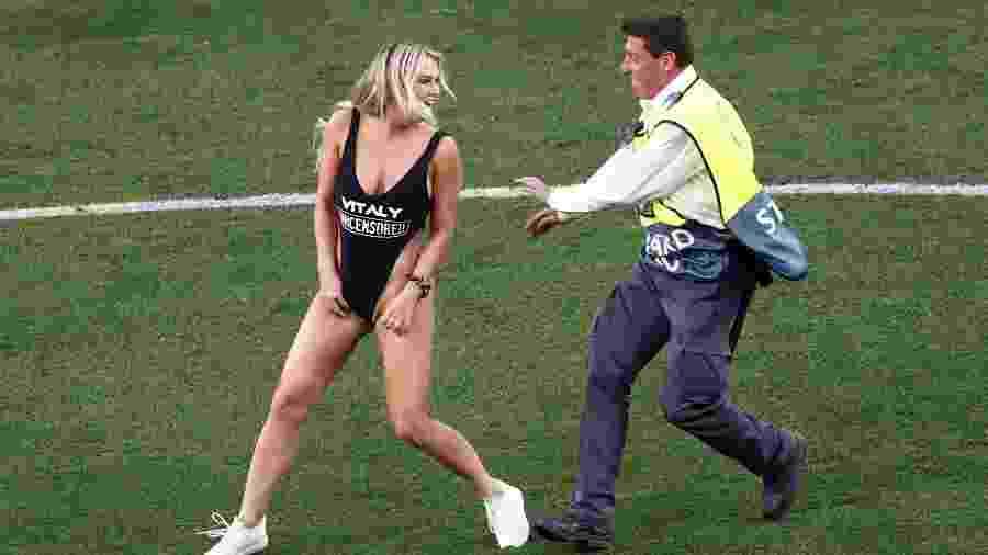Mulher invade final da Liga dos Campeões com maiô de site erótico - Sergio Perez/Reuters